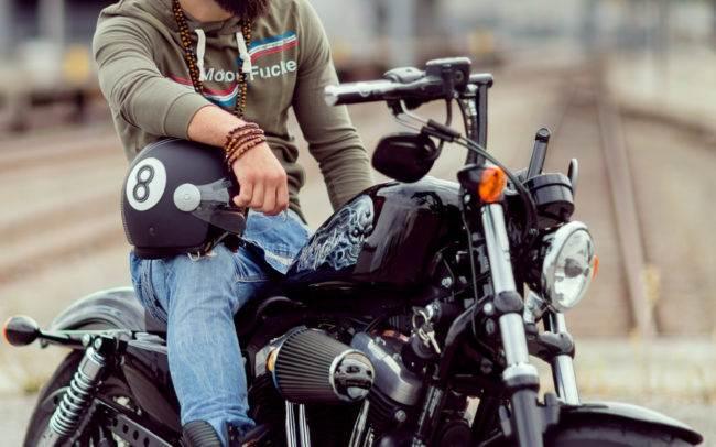 outdoor extérieur homme man barbe moto harley davidson maquillage maquilleuse genève geneva photographe mode publicité