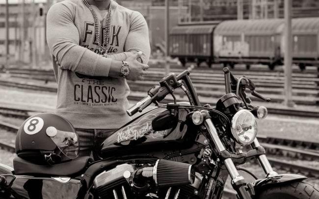 outdoor extérieur homme man moto harley davidson maquillage maquilleuse genève geneva photographe mode publicité