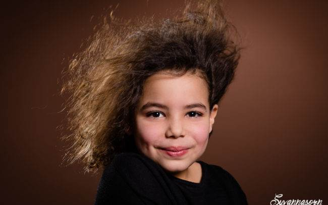 Portrait d'une petite fille sur le fond marron