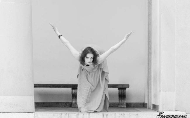 femme extérieur noir blanc danse danseuse séance photo genève photographe portrait maquillage maquilleuse