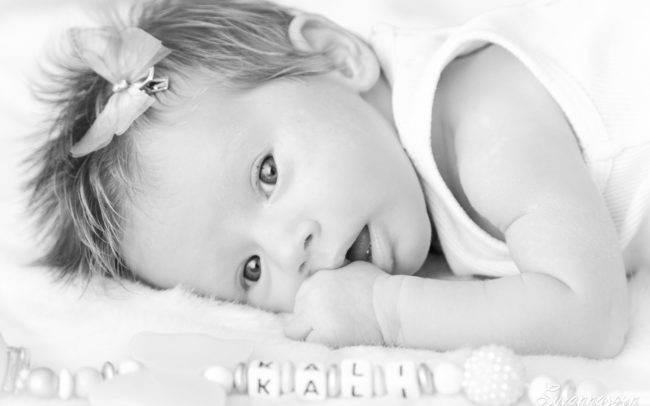photographe genève nourrisson bébé fille rose papillon suisse famille portrait